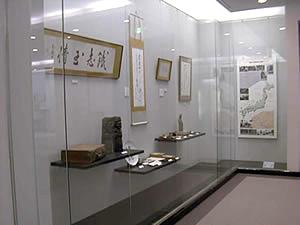 金田一京助記念室「遺品・遺墨」コーナーの写真